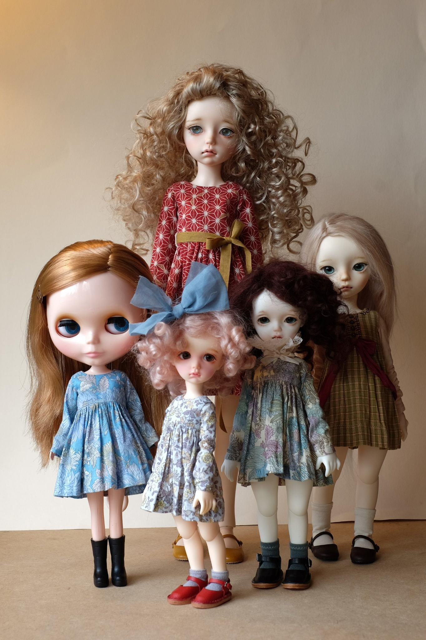 Long sleeved doll dress sewing tutorial. Level: Intermediate. Patterns for Blythe and iMda dolls.